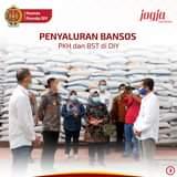 Bupati H.Sunaryanta secara simbolis menyerahkan bantuan 10 kg beras dari  peme…