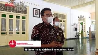 Wakil Gubernur DIY KGPAA Paku Alam X, menyerahkan bantuan berupa peralatan kes…